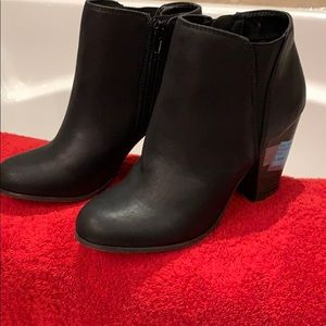 Fergie licious size 7 ankle boots in black
